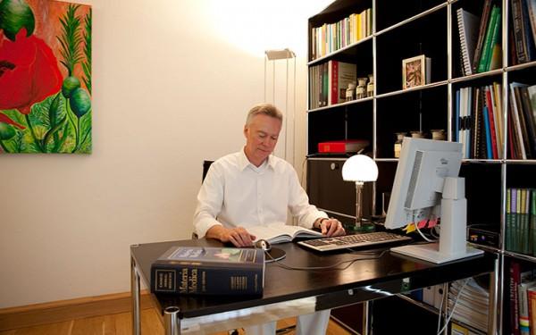 Am Schreibtisch - Dr. Johannes Fischer - Praxis für Internist. Naturheilverfahren. Akupunktur.